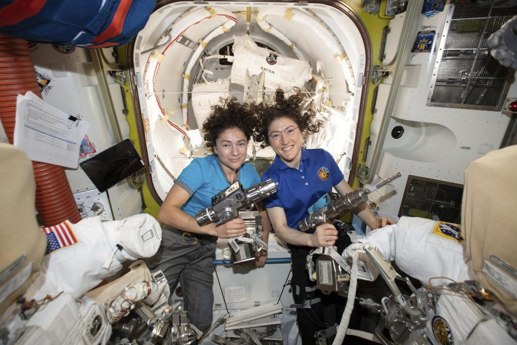 Première sortie spatiale de deux femmes, dont Jessica Meir, félicitées par Trump