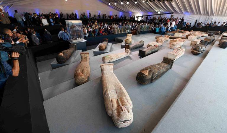 Une centaine de sarcophages vieux de 2 000 ans découverts en Égypte