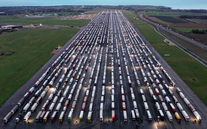 Bloqués à la frontière britannique, 3 000 chauffeurs routiers sont parqués dans leur camion