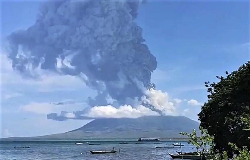Indonésie: des centaines de villageois fuient l'éruption d'un volcan