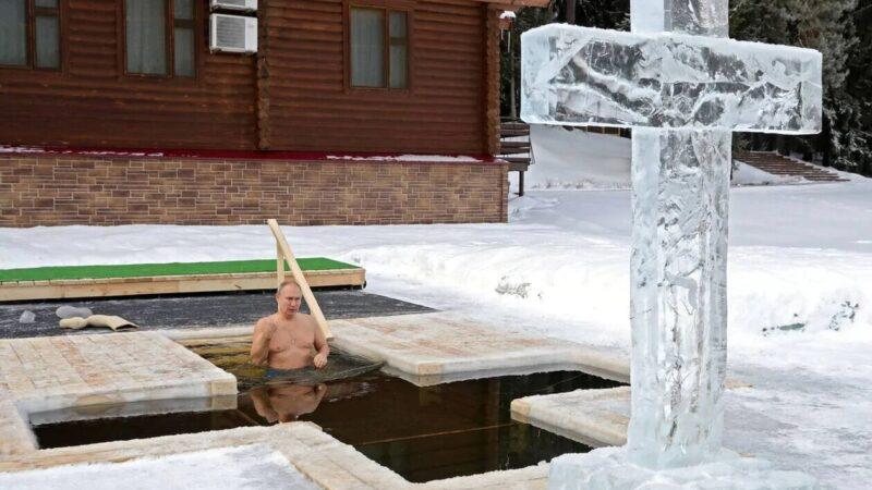 Poutine se baigne dans l'eau glacée