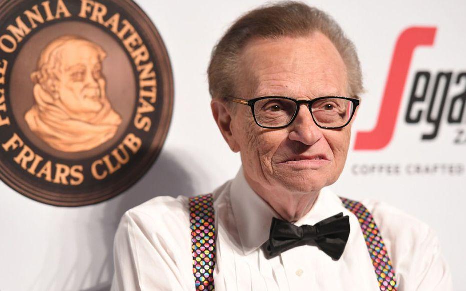 Covid-19 : le célèbre journaliste télé Larry King hospitalisé depuis plus d'une semaine