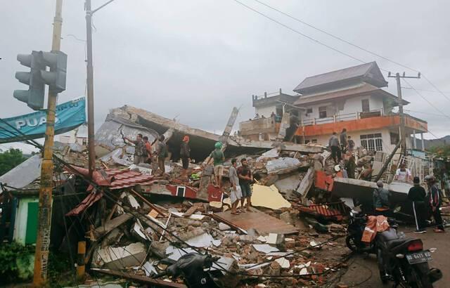 Indonésie : Au moins 34 morts après un fort séisme, un hôpital effondré