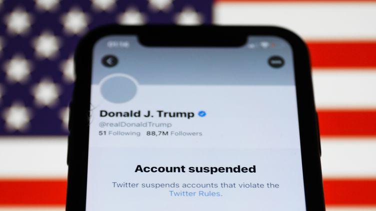 Donald Trump suspendu par Twitter : les réseaux sociaux ont-ils trop de pouvoir ?