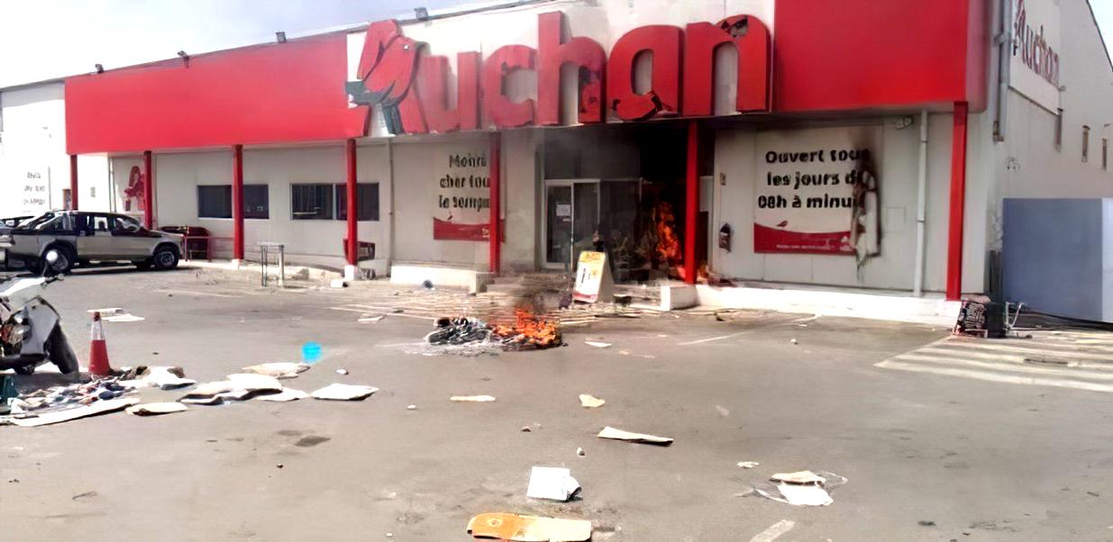 Le magasin Auchan de Sacré-Cœur incendié