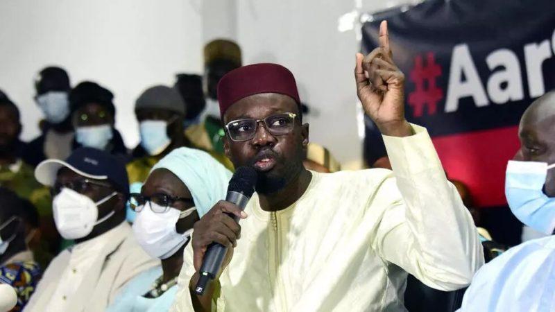 Qui est Ousmane Sonko, l'opposant sénégalais dont l'arrestation a embrasé le pays ? (France 24)