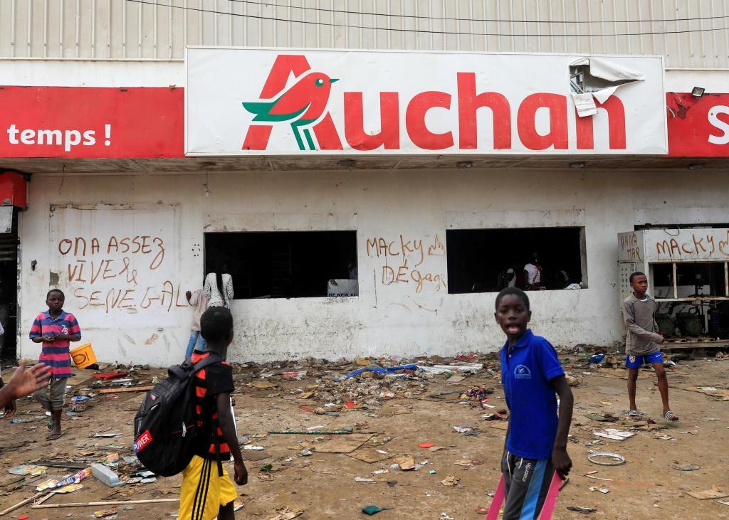 Ce qui reste des magasins Auchan et des stations Total attaqués…