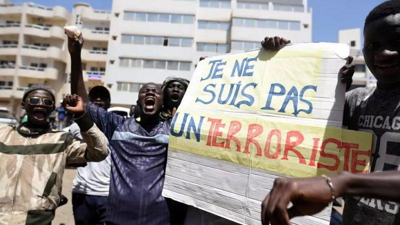 Le mouvement pour la défense de la démocratie suspend les manifestations