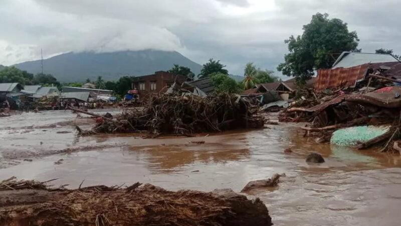 Indonésie : plus d'une centaine de morts après des inondations et des glissements de terrain