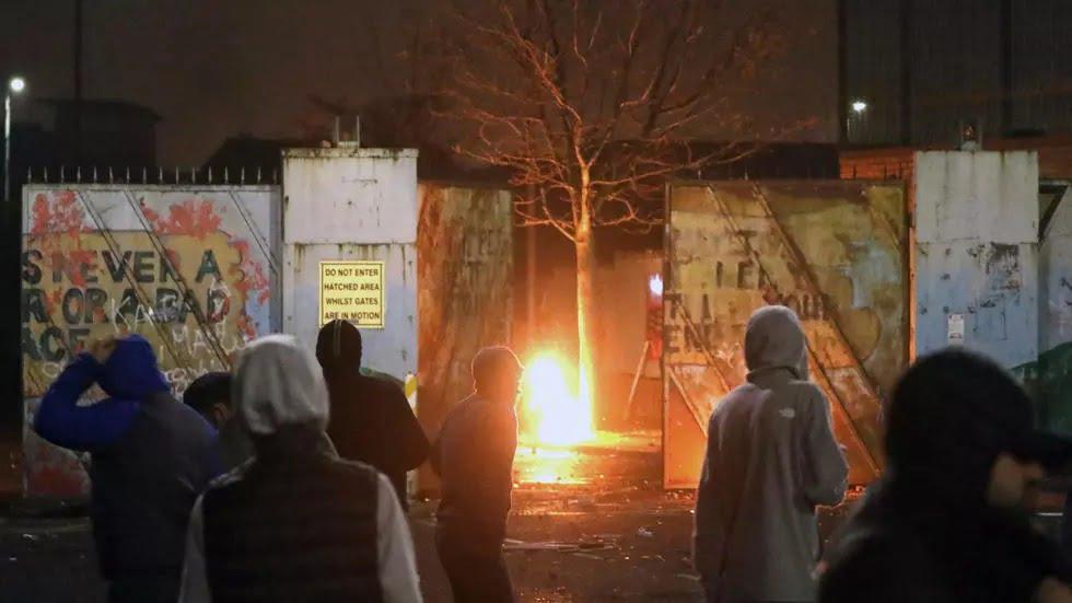 Royaume-Uni: Boris Johnson condamne les violences en Irlande du Nord