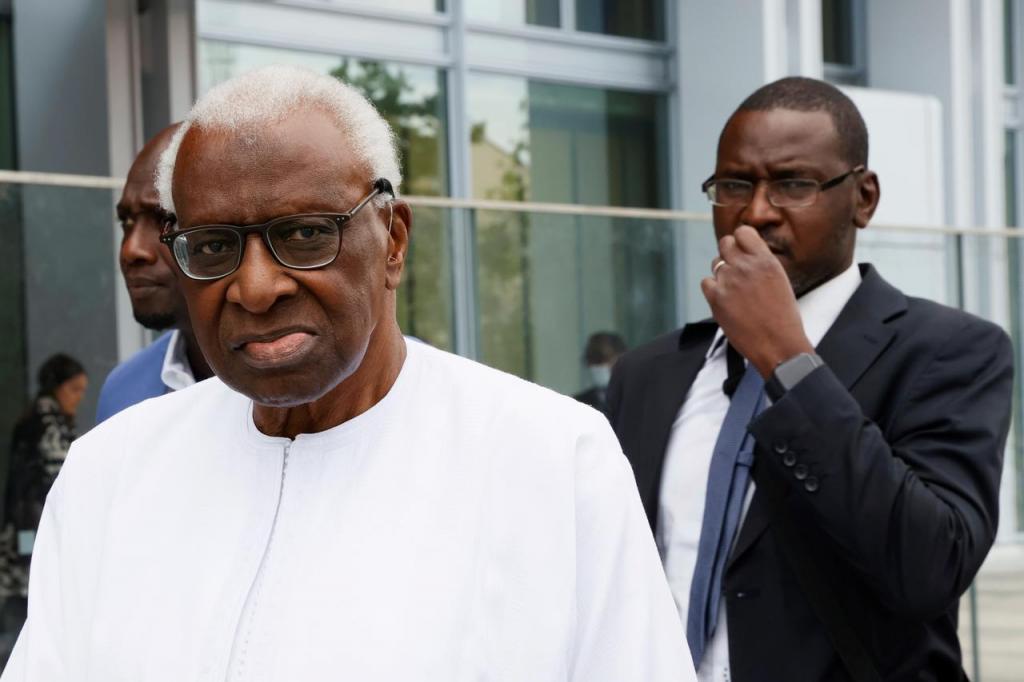 Retour au Sénégal : Lamine Diack bloqué par des « formalités », sa défense confiante