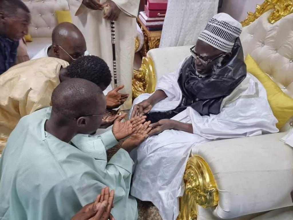 Ousmane Sonko reçu par le khalife général des mourides