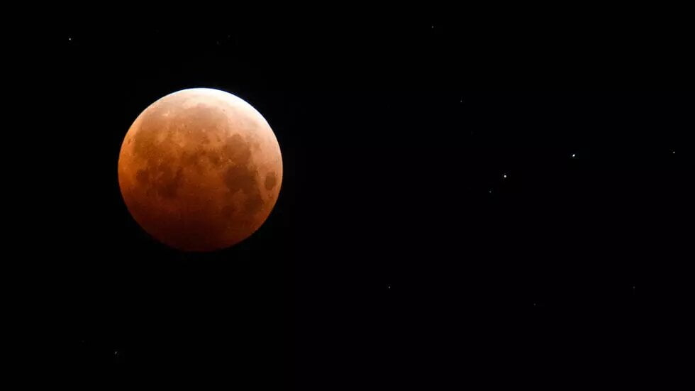 Une «super Lune» de couleur rouge illumine le ciel du Pacifique