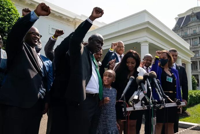 "Biden loue le ""courage extraordinaire"" de la famille de George Floyd"