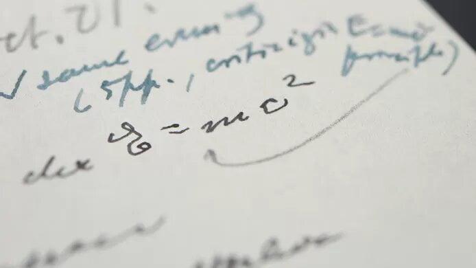 """""""E=mc²"""": une lettre écrite de la main d'Albert Einstein adjugée pour un million d'euros"""