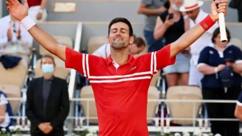 Roland-Garros: Djokovic renverse Tsitsipas et conquiert un 19e Grand Chelem