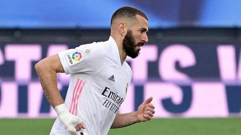 Pourquoi Karim Benzema joue-t-il en permanence avec un bandage à la main ?