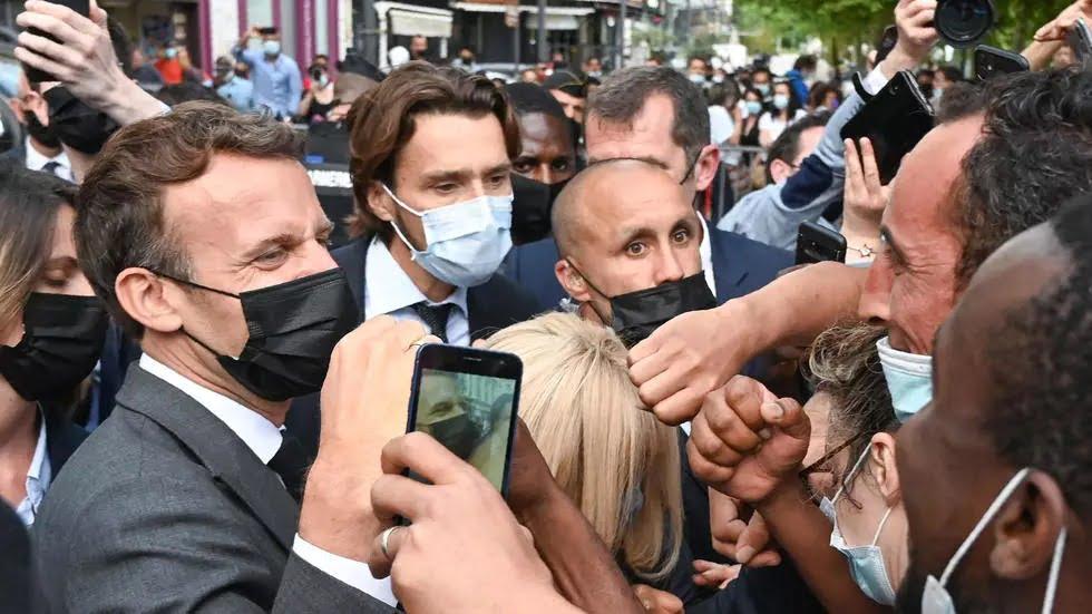 L'homme qui a giflé Macron condamné à 18 mois de prison, dont 4 ferme