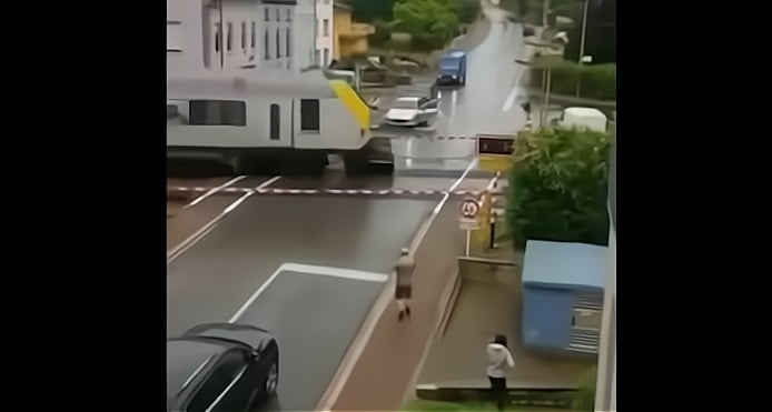 Une scène glaçante: une voiture happée par un train sur un passage à niveau au Luxembourg
